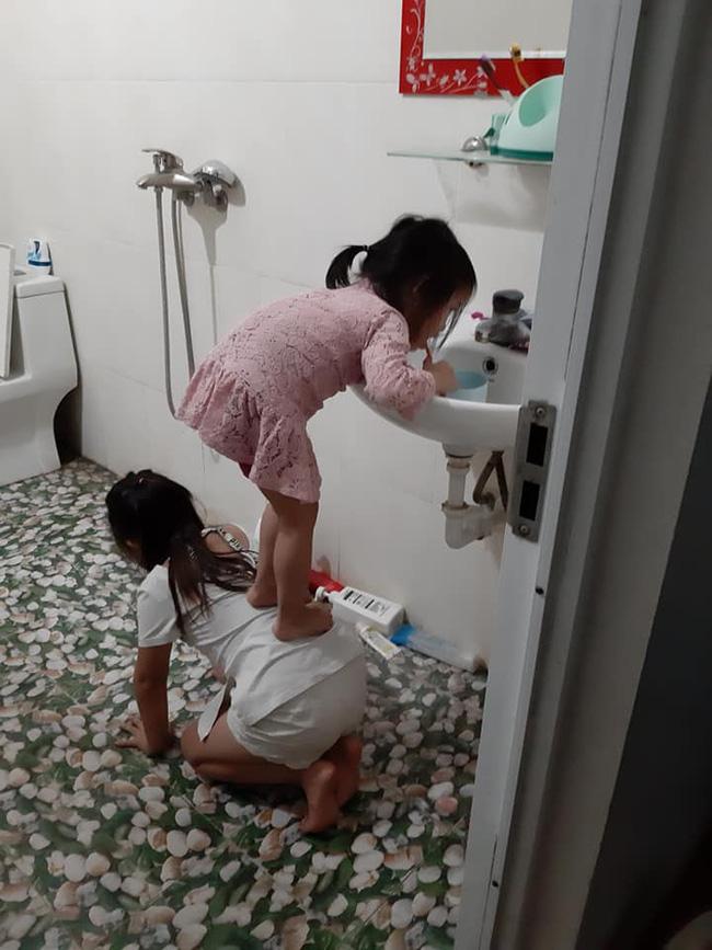 Quỳ xuống làm ghế cho em gái đứng đánh răng, cô chị được gọi tên chị gái quốc dân-1