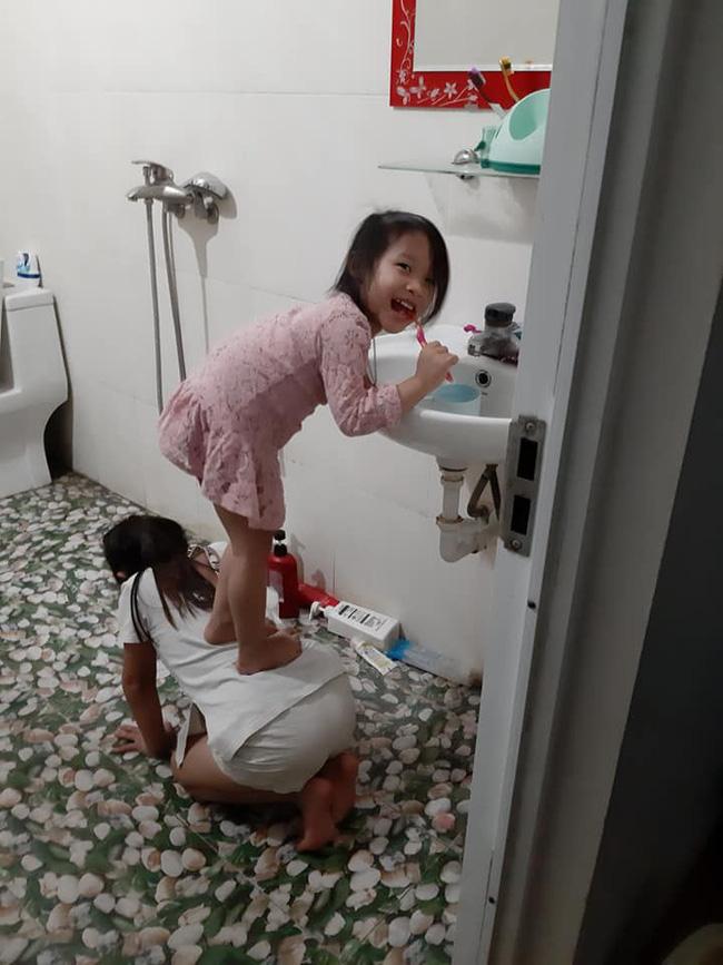 Quỳ xuống làm ghế cho em gái đứng đánh răng, cô chị được gọi tên chị gái quốc dân-2