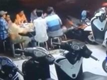 Xe máy lao vào bàn nhậu khiến dân mạng cười chảy nước mắt