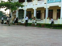 Thầy giáo cầm dao vào trường, đánh nữ giáo viên bị Hiệu trưởng là chị ruột ký quyết định 'khiển trách'