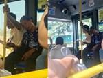 Vừa mở cửa bước lên xe, hành khách đã bị ngợp khi nhìn thấy cảnh tượng bên trong-4