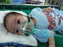 Ánh mắt cầu cứu của bé gái 8 tháng tuổi sống phụ thuộc vào máy thở, chưa một lần được bú sữa mẹ
