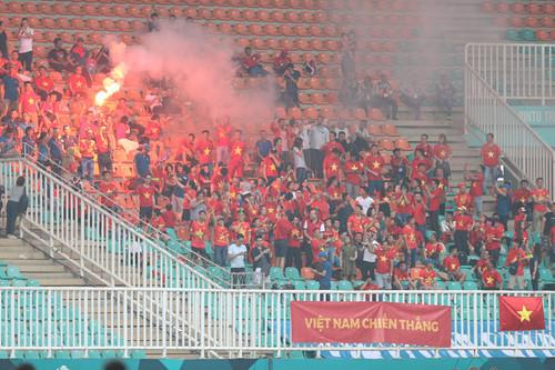 CĐV quá khích làm xấu mặt bóng đá Việt Nam trước thềm AFF Cup-1