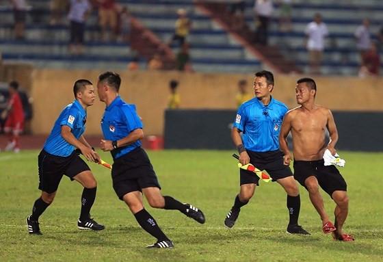 CĐV quá khích làm xấu mặt bóng đá Việt Nam trước thềm AFF Cup-2