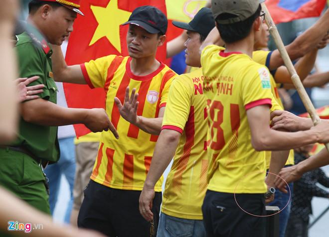 CĐV quá khích làm xấu mặt bóng đá Việt Nam trước thềm AFF Cup-3