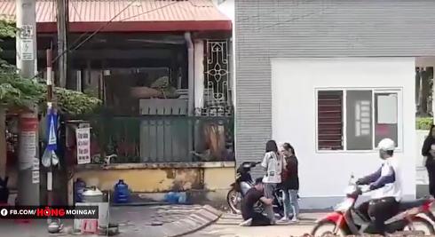Xôn xao clip thanh niên quỳ gối năn nỉ bạn gái trước cổng trường Cao đẳng Thương Mại Thái Nguyên-2