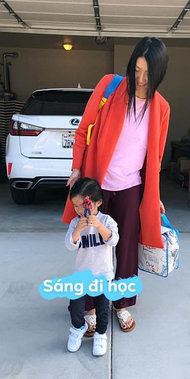 Lôi thôi đưa con đi học như mẹ vô gia cư, đố bạn nhận ra đây là sao Việt nào?-1
