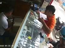 Người đàn ông lơ đễnh quên ví bị khách đứng cạnh trộm luôn