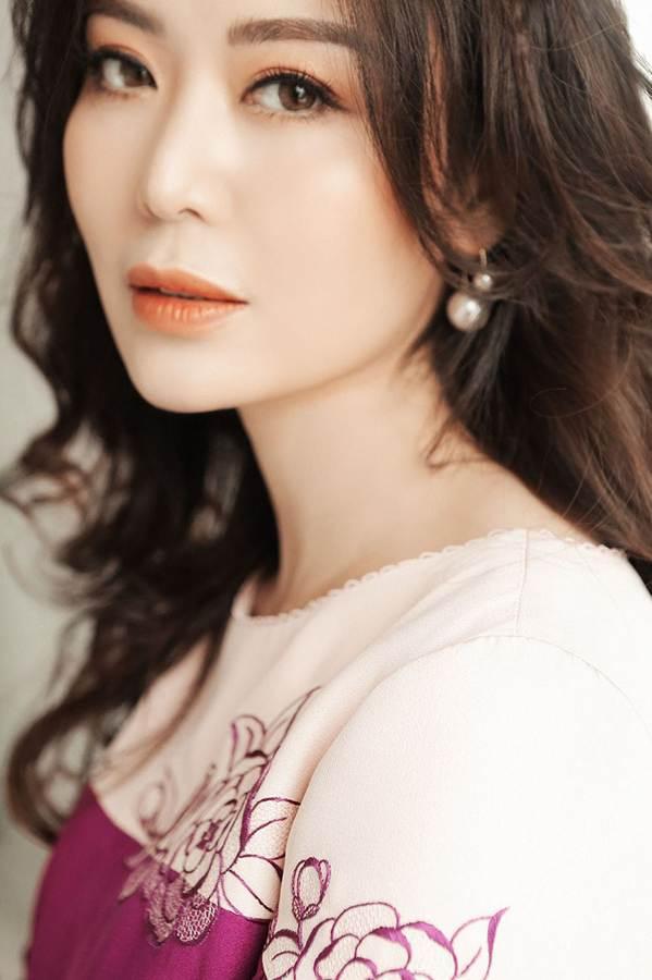 Hoa hậu Thu Thủy đẹp rực rỡ ở tuổi 43-1