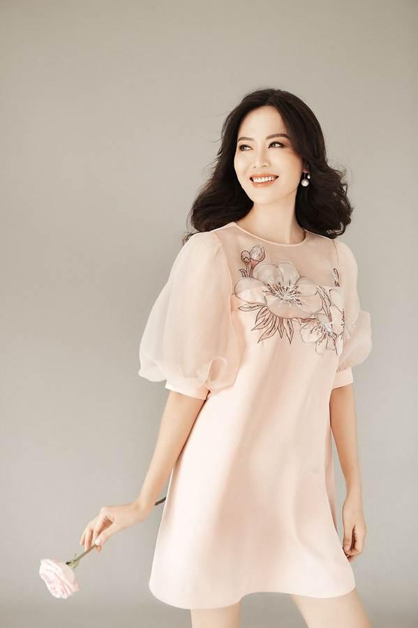 Hoa hậu Thu Thủy đẹp rực rỡ ở tuổi 43-10