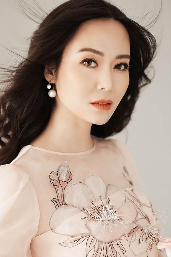 Hoa hậu Thu Thủy đẹp rực rỡ ở tuổi 43-9