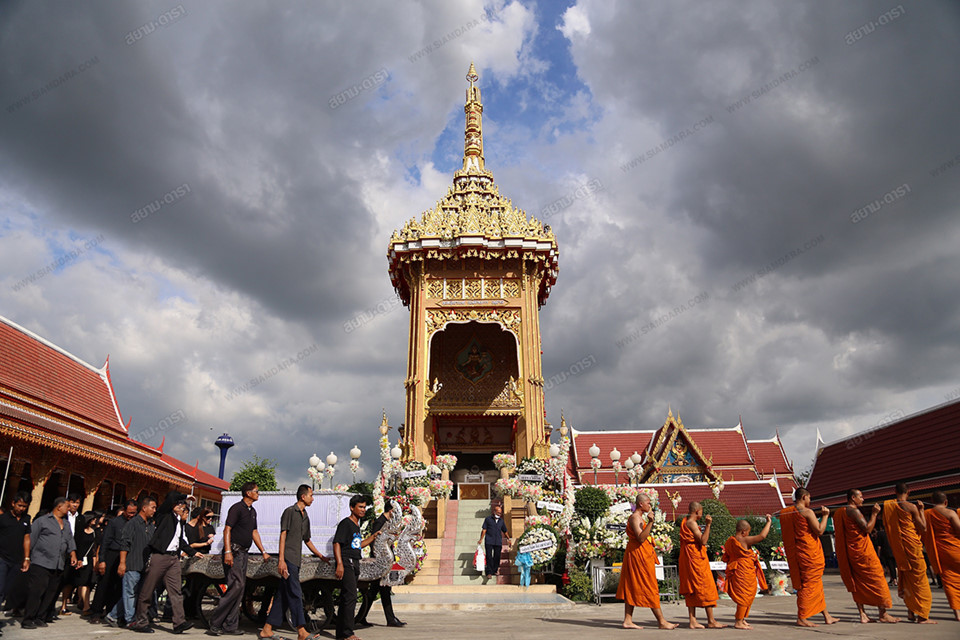 Gia đình, bạn bè khóc ngất trong lễ hỏa táng Á hậu Thái Lan-10