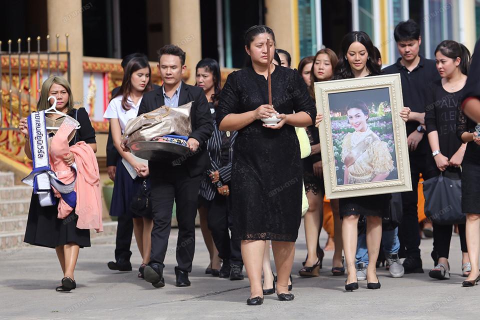 Gia đình, bạn bè khóc ngất trong lễ hỏa táng Á hậu Thái Lan-2