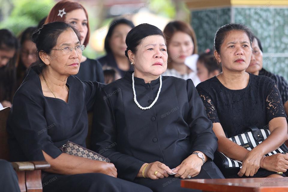 Gia đình, bạn bè khóc ngất trong lễ hỏa táng Á hậu Thái Lan-4