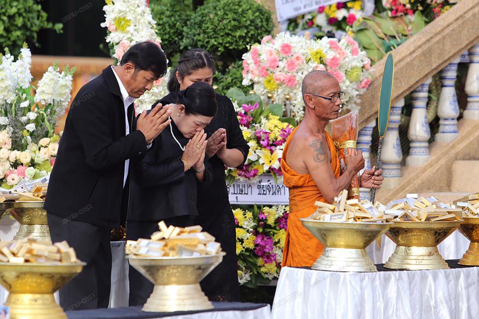 Gia đình, bạn bè khóc ngất trong lễ hỏa táng Á hậu Thái Lan-5