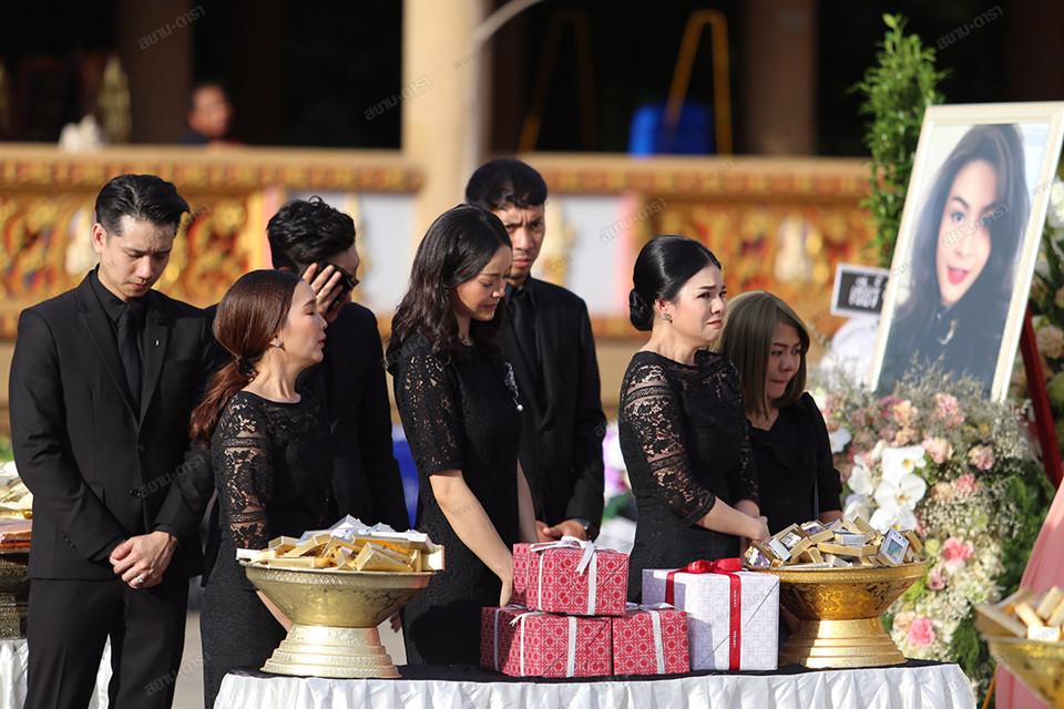 Gia đình, bạn bè khóc ngất trong lễ hỏa táng Á hậu Thái Lan-6