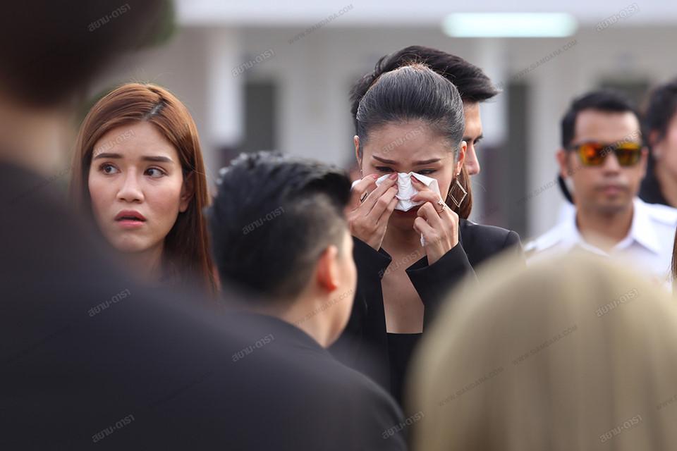Gia đình, bạn bè khóc ngất trong lễ hỏa táng Á hậu Thái Lan-7