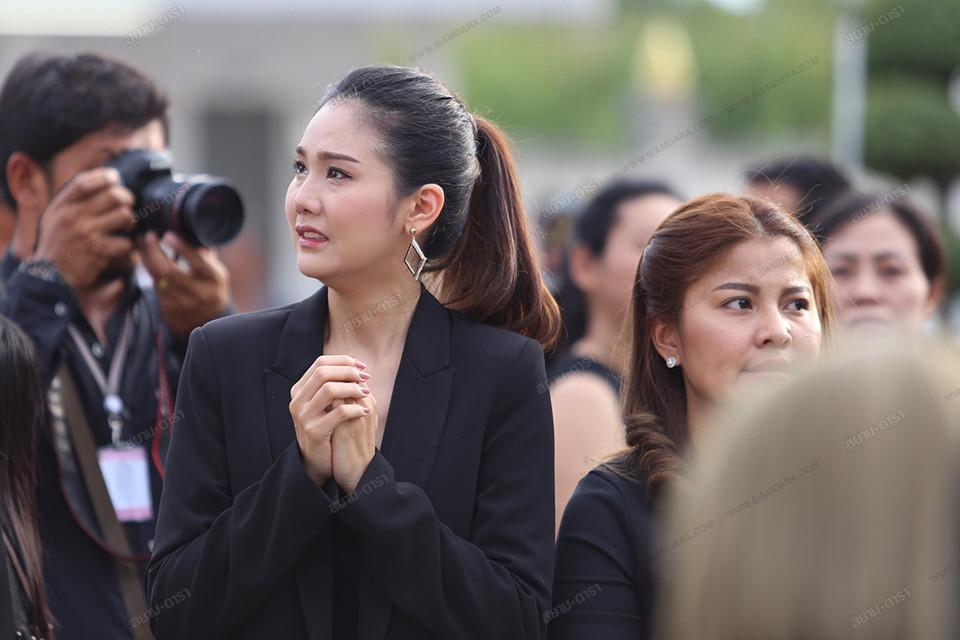 Gia đình, bạn bè khóc ngất trong lễ hỏa táng Á hậu Thái Lan-8