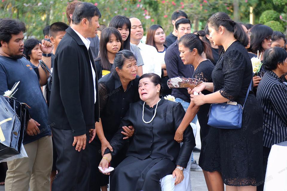 Gia đình, bạn bè khóc ngất trong lễ hỏa táng Á hậu Thái Lan-3