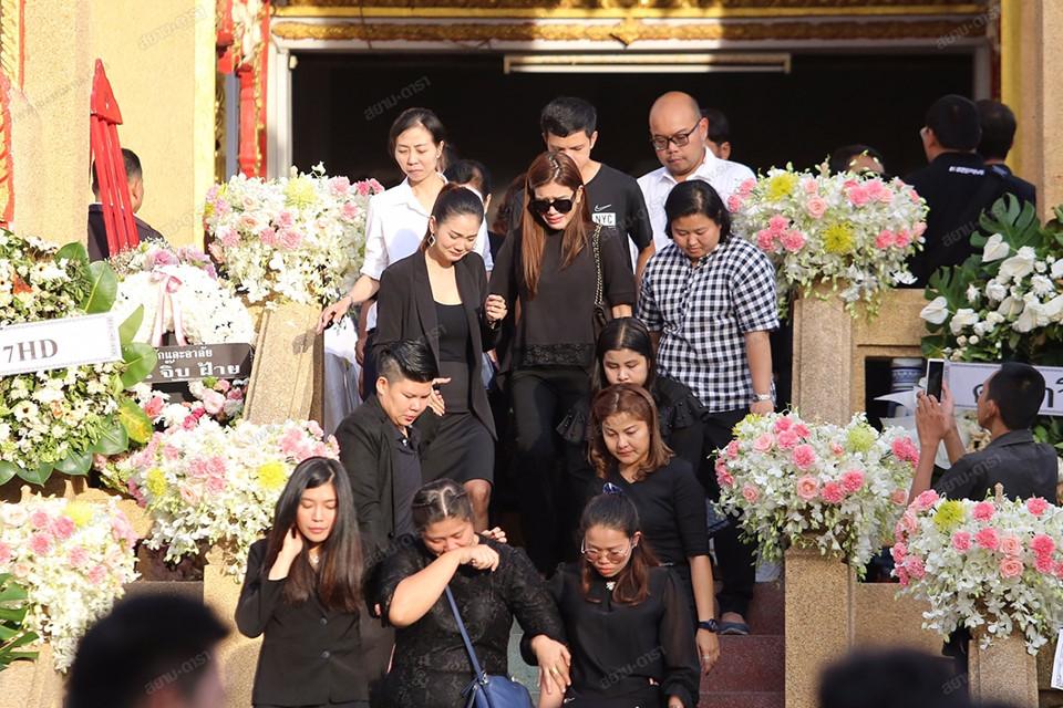 Gia đình, bạn bè khóc ngất trong lễ hỏa táng Á hậu Thái Lan-9