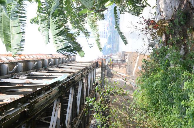 Những câu chuyện đau lòng quanh 5 ngôi mộ vô danh và miếu thờ 2 cô gái chết trẻ ở bãi sông Hồng-1