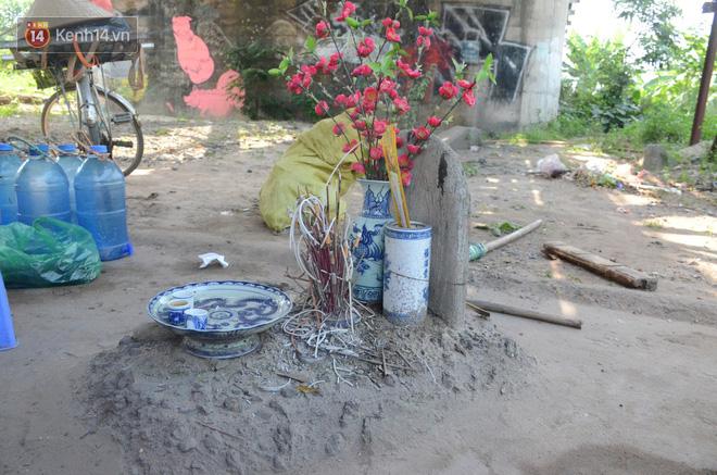 Những câu chuyện đau lòng quanh 5 ngôi mộ vô danh và miếu thờ 2 cô gái chết trẻ ở bãi sông Hồng-2