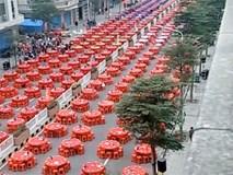 Choáng với đám cưới 'khủng' của con nhà đại gia: Bàn tiệc đỏ rực kéo dài cả cây số, khách đông nườm nượp