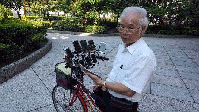 Game thủ 70 tuổi dùng 11 chiếc điện thoại để chơi Pokemon Go-1