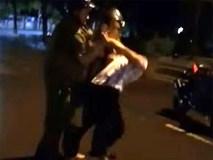 Nam thanh niên livestream kể lại việc cảnh sát bất ngờ ngã xuống đất khi làm việc với dân
