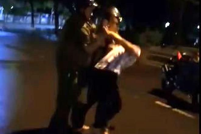 Nam thanh niên livestream kể lại việc cảnh sát bất ngờ ngã xuống đất khi làm việc với dân-1