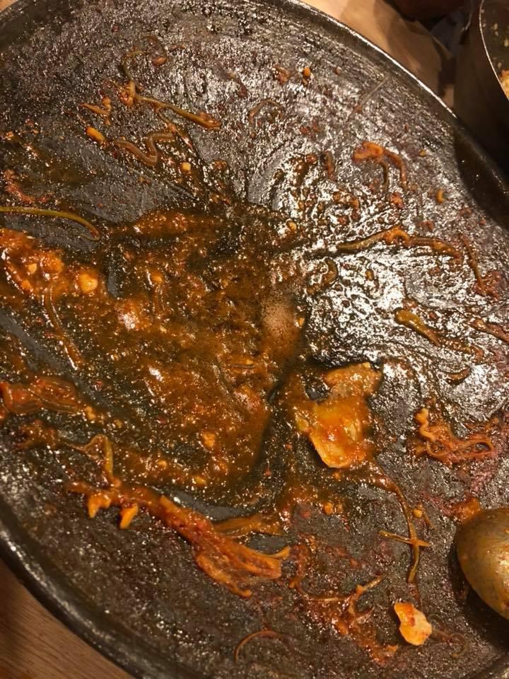 Người ta trổ tài nấu nướng khéo như đầu bếp còn Hari Won thì chỉ thấy ăn thủng bát thủng đĩa thế này đây!-18