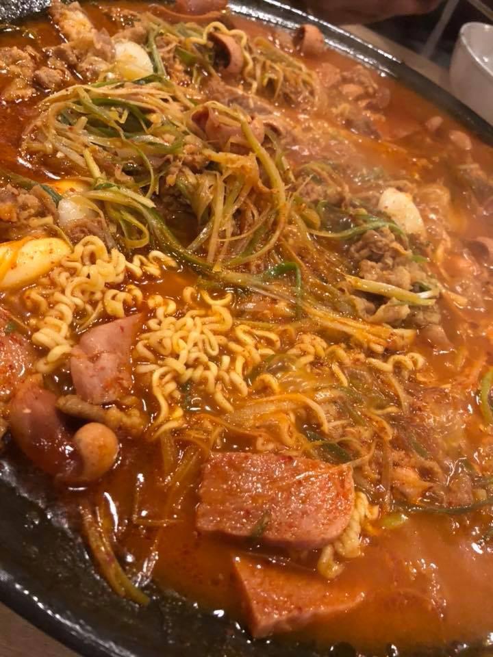 Người ta trổ tài nấu nướng khéo như đầu bếp còn Hari Won thì chỉ thấy ăn thủng bát thủng đĩa thế này đây!-17