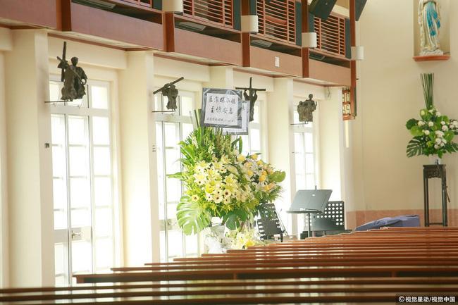Những hình ảnh đầu tiên tại lễ tưởng niệm Lam Khiết Anh: Người hâm mộ xếp hàng từ sớm, bạn bè gửi hoa tiễn biệt-2