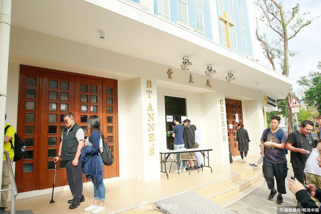 Những hình ảnh đầu tiên tại lễ tưởng niệm Lam Khiết Anh: Người hâm mộ xếp hàng từ sớm, bạn bè gửi hoa tiễn biệt-3