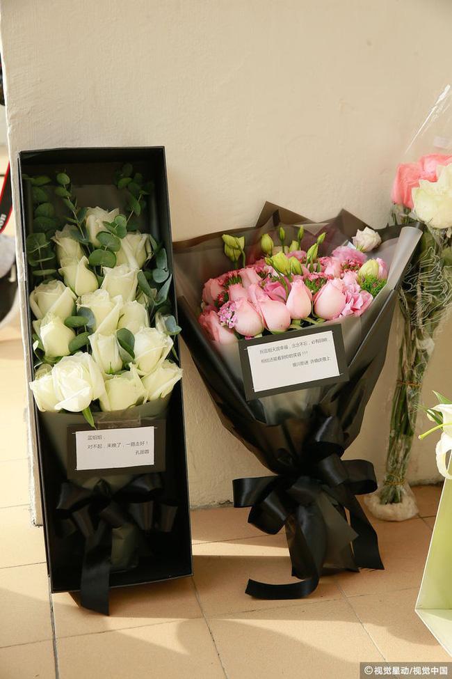 Những hình ảnh đầu tiên tại lễ tưởng niệm Lam Khiết Anh: Người hâm mộ xếp hàng từ sớm, bạn bè gửi hoa tiễn biệt-1