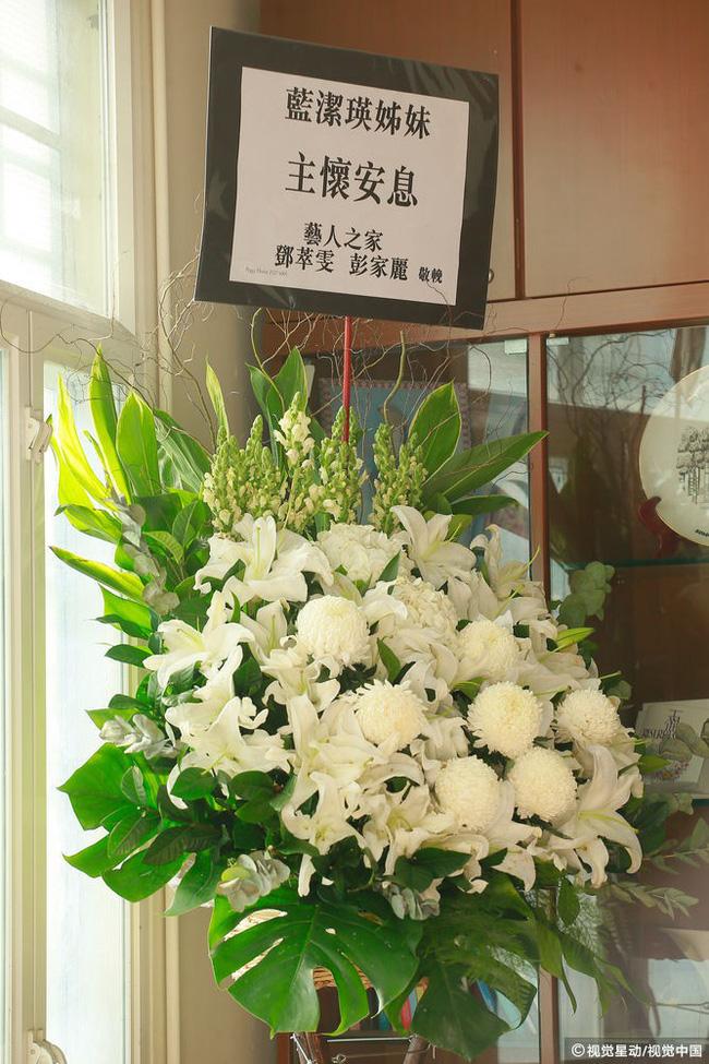 Những hình ảnh đầu tiên tại lễ tưởng niệm Lam Khiết Anh: Người hâm mộ xếp hàng từ sớm, bạn bè gửi hoa tiễn biệt-4