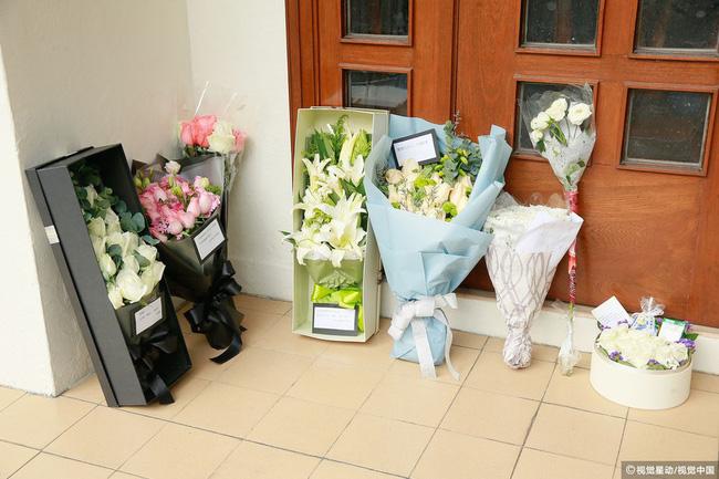 Những hình ảnh đầu tiên tại lễ tưởng niệm Lam Khiết Anh: Người hâm mộ xếp hàng từ sớm, bạn bè gửi hoa tiễn biệt-6