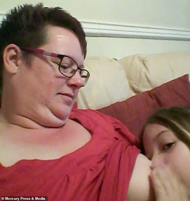 Bà mẹ cho con bú sữa mẹ đến tận năm 9 tuổi, người khuyến khích, kẻ cáo buộc đó là hành vi ấu dâm-3