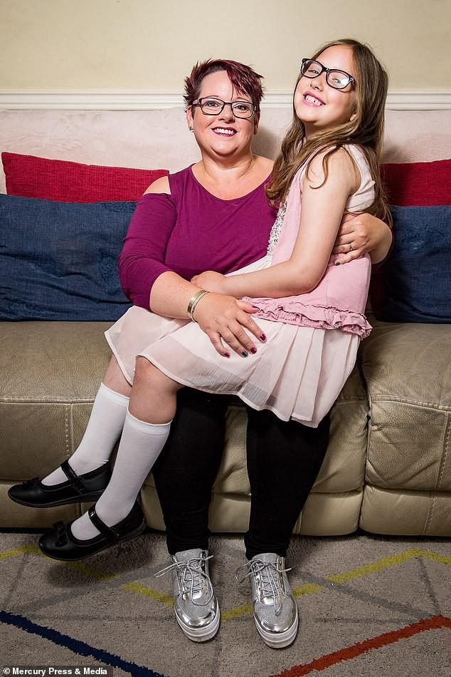 Bà mẹ cho con bú sữa mẹ đến tận năm 9 tuổi, người khuyến khích, kẻ cáo buộc đó là hành vi ấu dâm-4