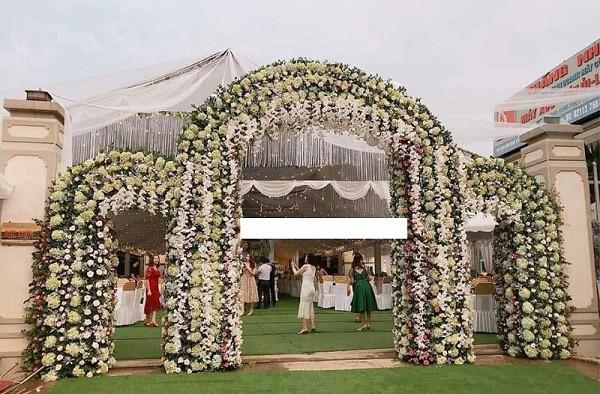 Hé lộ chi tiết khủng trong đám cưới của cặp đôi chi 1 tỷ tiền trang trí, cổng chào như cung điện, ca sĩ Ngọc Sơn về biểu diễn-3