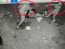Clip: Tranh cãi chuyện đổ rác, hàng xóm cầm rác ném nhau túi bụi