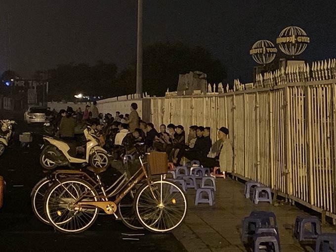 Côn đồ ngang nhiên đuổi nữ sinh để giành chỗ mua vé Việt Nam - Malaysia-6