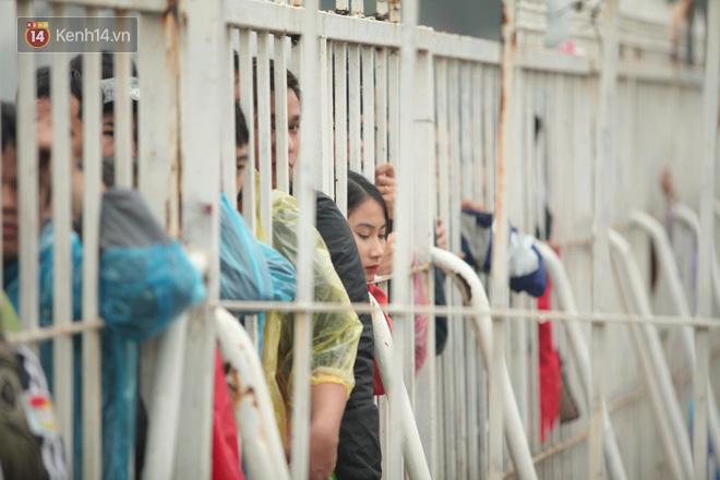Sáng chủ nhật kinh hoàng: fan mua vé AFF Cup 2018 đẩy đổ hàng rào sân Mỹ Đình-3