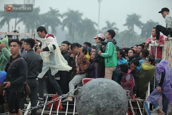 Sáng chủ nhật kinh hoàng: fan mua vé AFF Cup 2018 đẩy đổ hàng rào sân Mỹ Đình-5