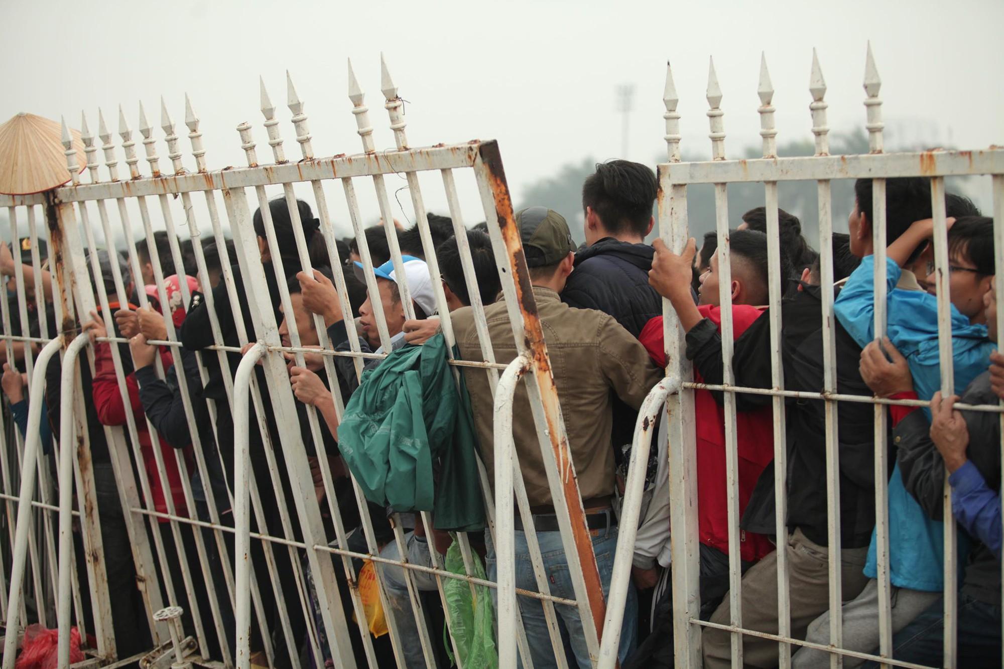 Sáng chủ nhật kinh hoàng: fan mua vé AFF Cup 2018 đẩy đổ hàng rào sân Mỹ Đình-4