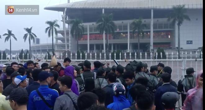 Sáng chủ nhật kinh hoàng: fan mua vé AFF Cup 2018 đẩy đổ hàng rào sân Mỹ Đình-1