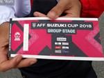 Bất chấp để có vé xem AFF Cup 2018, người dân đạp méo mó xe đạp của cụ bà bán nước trước cổng sân Mỹ Đình-3