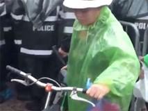 Bất chấp để có vé xem AFF Cup 2018, người dân đạp méo mó xe đạp của cụ bà bán nước trước cổng sân Mỹ Đình