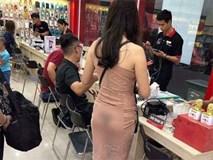 Bức ảnh cô gái trẻ hớ hênh trong cửa hàng điện thoại gây sửng sốt, nhưng thái độ người chụp mới gây tranh cãi