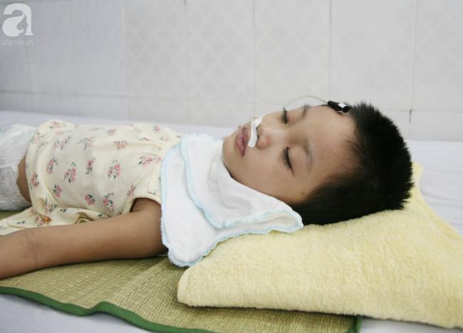 Bé gái 5 tuổi bị viêm màng não tự miễn sau cơn co giật, hơn 1 tháng không thể ngủ và liên tục la hét-7